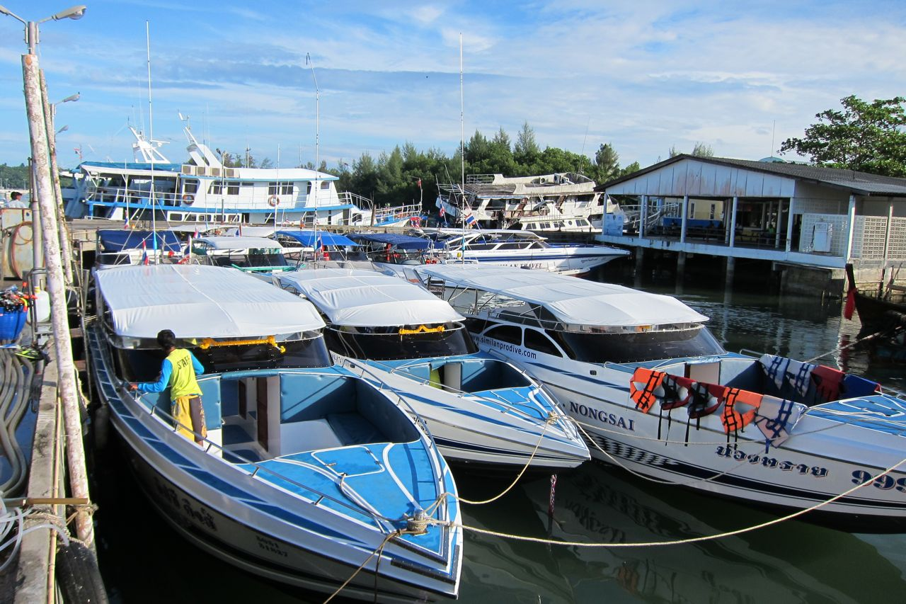 Speedboats have to stay in Thap Lamu